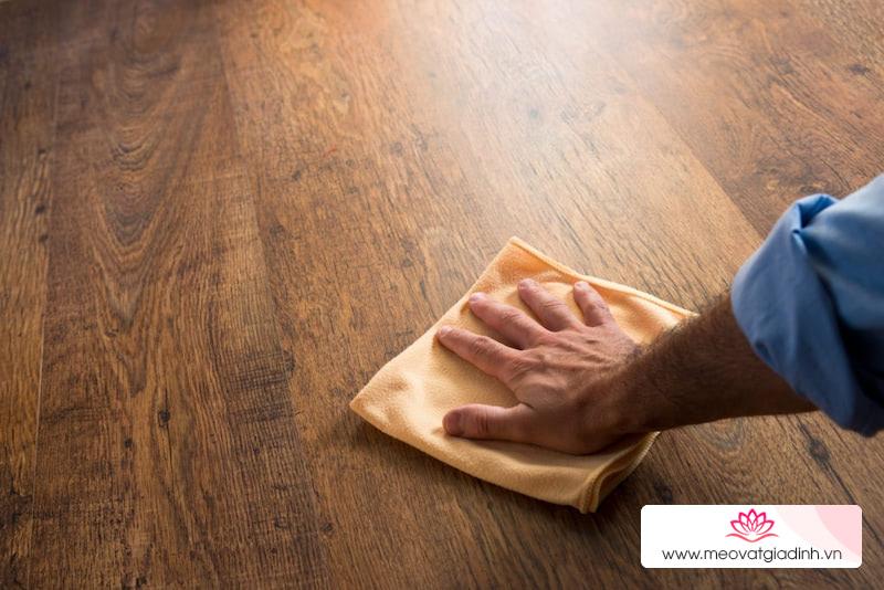 Cách biến sàn gỗ cũ sáng bóng như mới sau 30 phút, tốn chưa tới 10k