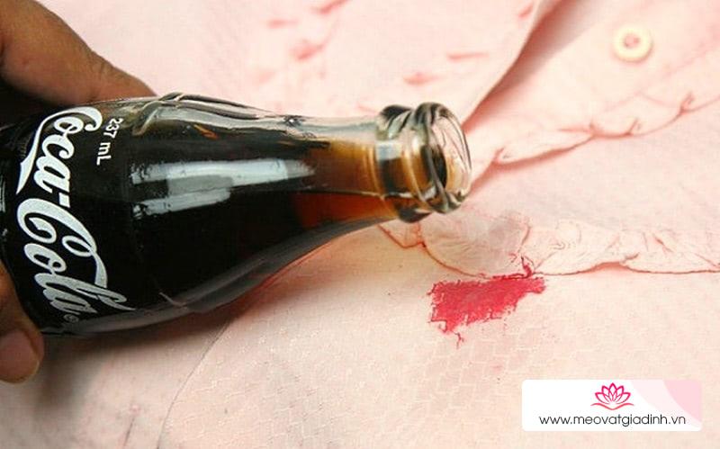 Cách làm sạch các vết bẩn trên quần áo với nước ngọt có gas