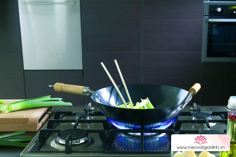 Cách tẩy sạch nồi nấu bếp gas đen xì sáng bóng như mới