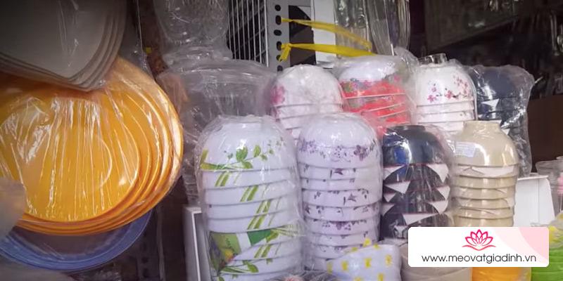 Chén dĩa nhựa hoa văn lòe loẹt với giá cực rẻ – Đẹp nhưng độc