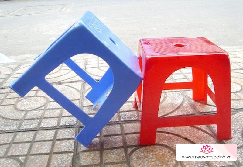 Có bao giờ bạn tự hỏi rằng vì sao ghế nhựa thường có lỗ tròn ở giữa?