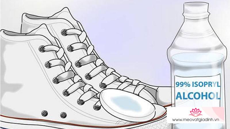 Đánh bay mùi hôi giày triệt để chỉ với một chai cồn