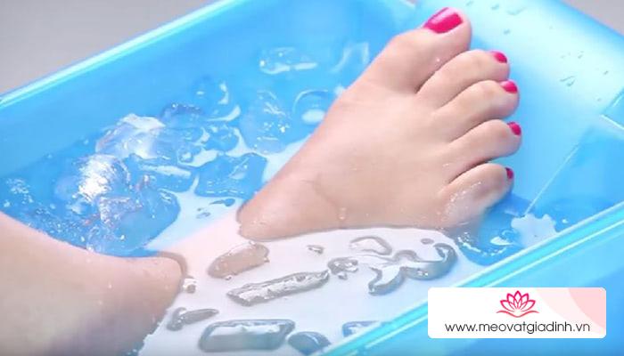 Không chỉ giải nhiệt, ngâm chân trong nước đá còn lợi hại thế này đây