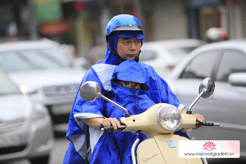 Những lưu ý khi đi xe máy trong trời mưa lớn