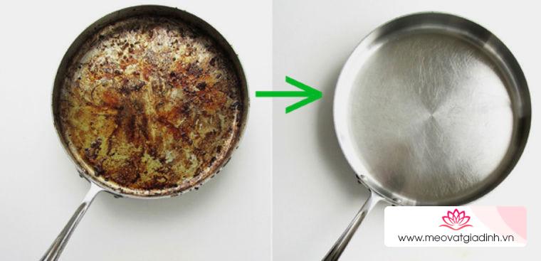 4 cách làm sạch lớp cháy khét dưới đáy chảo cực nhanh, sáng bóng như mới